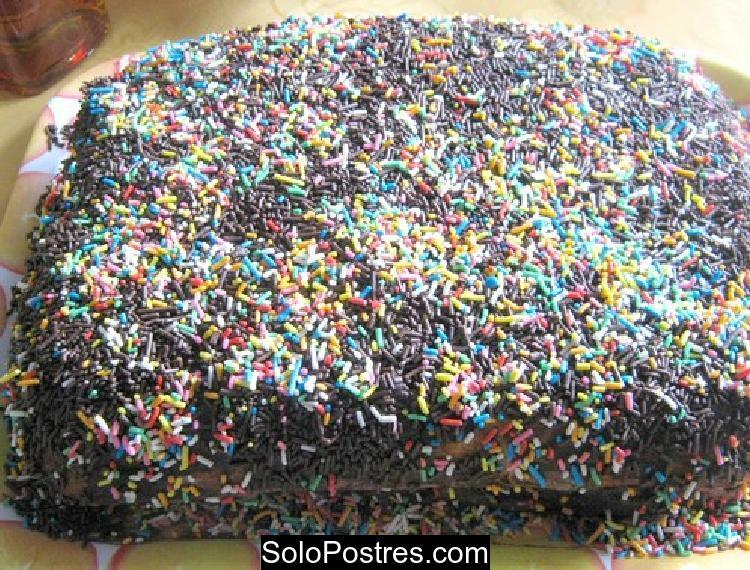Torta chocolatosa con grageas de colores