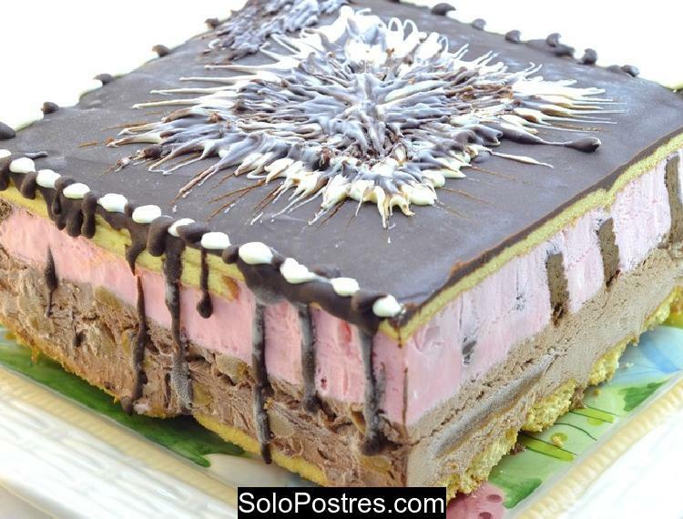 Postre helado de frutillas y chocolate pionono y vainillas