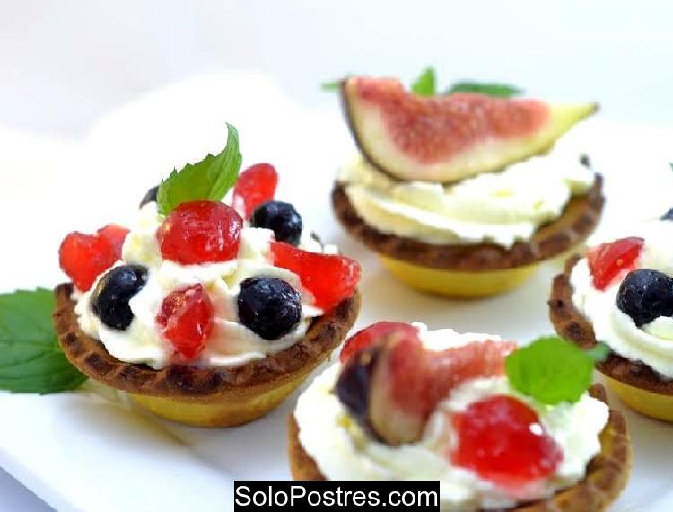 Tarteletas rellenas de chocolate, chantilly y frutas