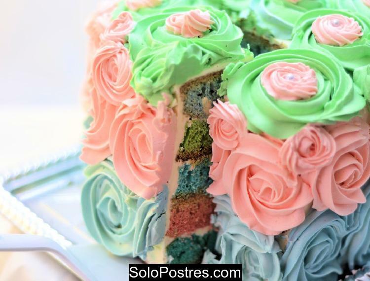 Torta de varios colores decorada con rosas