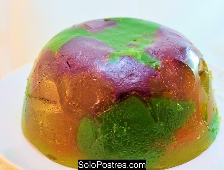 Gelatina mosaico transparente de naranja, frutilla, durazno y....