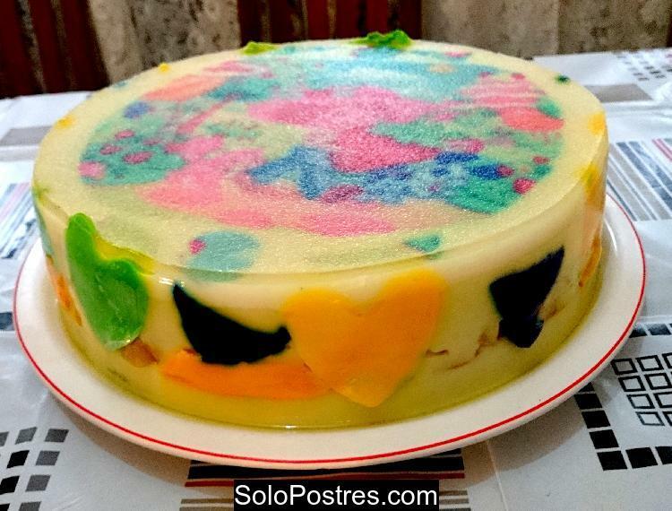 Torta o pastel de gelatina de coco y manzana