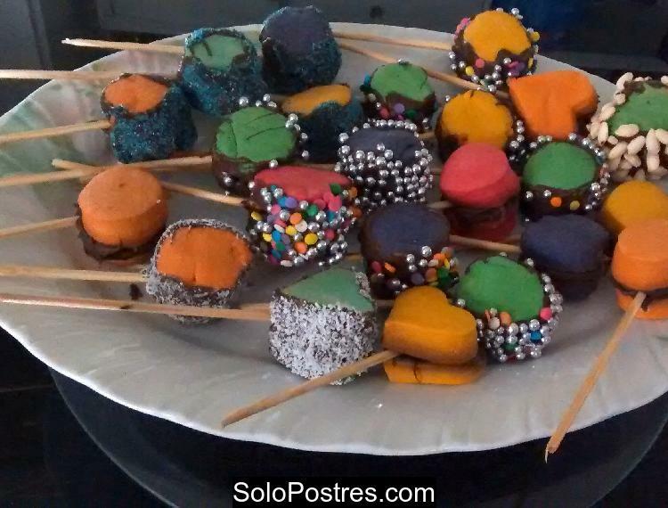 Paletas de alfajores rellenos con chocolate de muchos colores