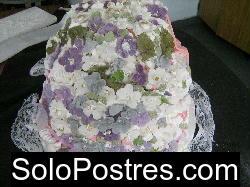 Torta húmeda de chocolate rellena con crema chantillí