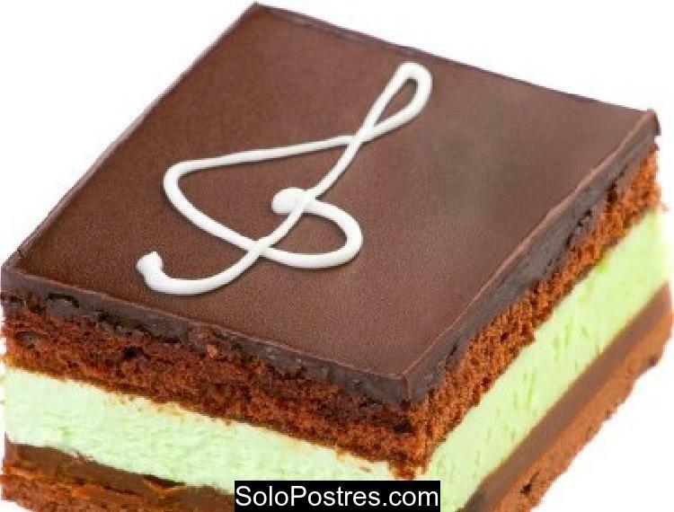 Postre especial de brownie y mousse de menta