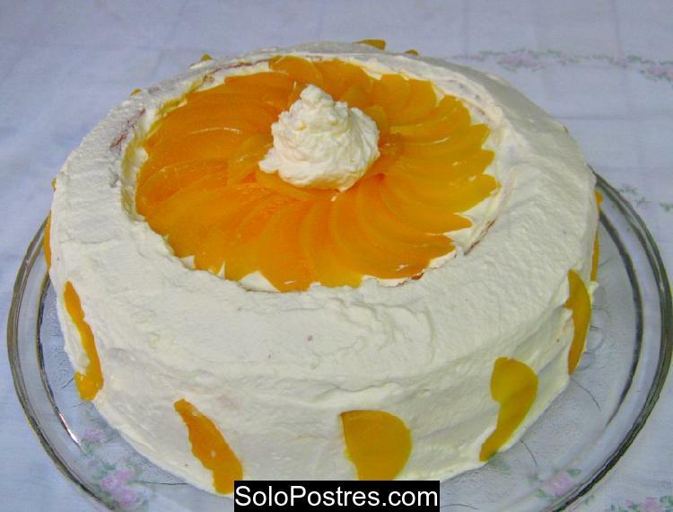 Torta con trozos de durazno fresco