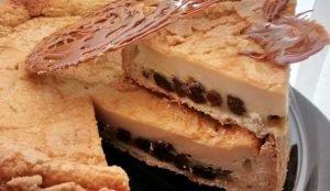 tarta rellena de crema con pasas de uva