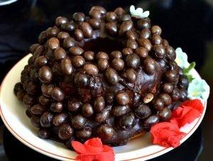 Torta de chocolate decorada con maní de chocolate