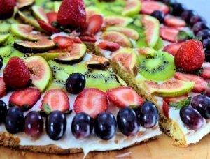 Pizza dulce con queso philadelphia y frutas varias