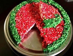 Torta de arroz inflado de colores fuertes