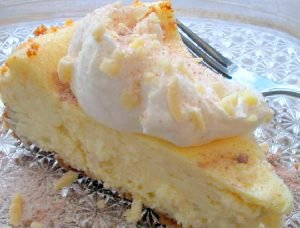 Torta rellena de ricota o queso crema y pasas