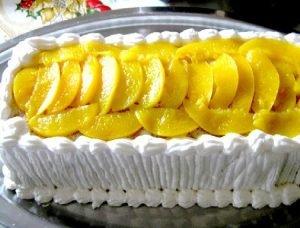 Torta de ciruelas y duraznos en almíbar