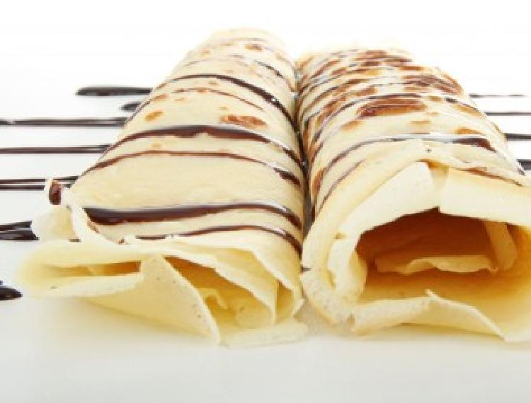 Panqueques rellenos con bananas (plátanos) y crema chantili