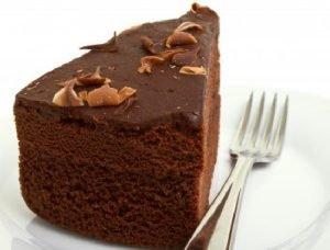 Pastel ligero de chocolate bañado con ganache