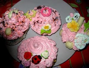 "<span class=""bsearch_highlight"">Cupcakes</span> con mucho chocolate blanco y negro"