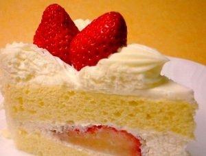 Torta rellena y decorada con frutillas (fresas)