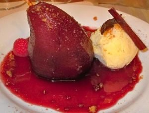 Postre fácil y vistoso, peras en salsa de vino