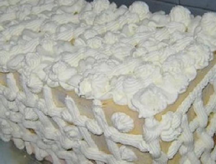 Postre helado de cerezas y almendras