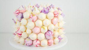 Torta decorada con merengues